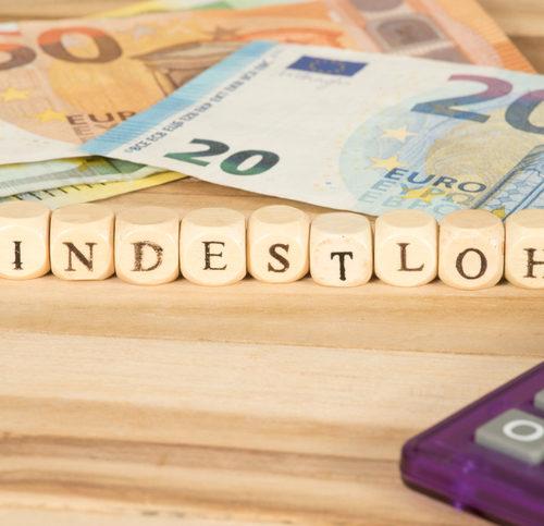 Euro Geldscheine, Taschenrechner und Mindestlohn